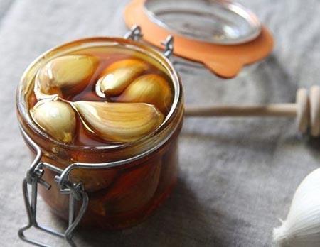 envase de vidrio de ajo con miel