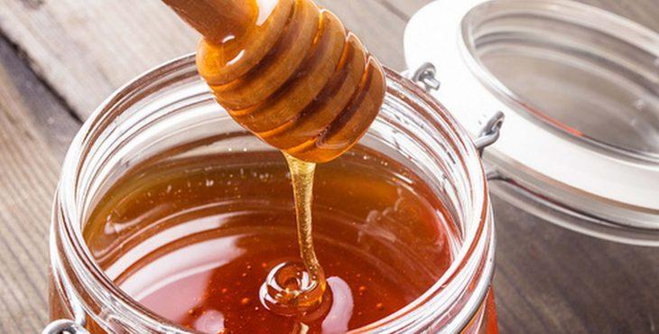 extraer miel con cuchara desde envase