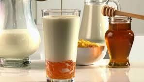 vaso de leche con miel para consumir