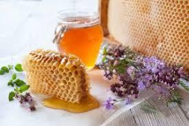 miel de brezo en recipiente con panal y flores