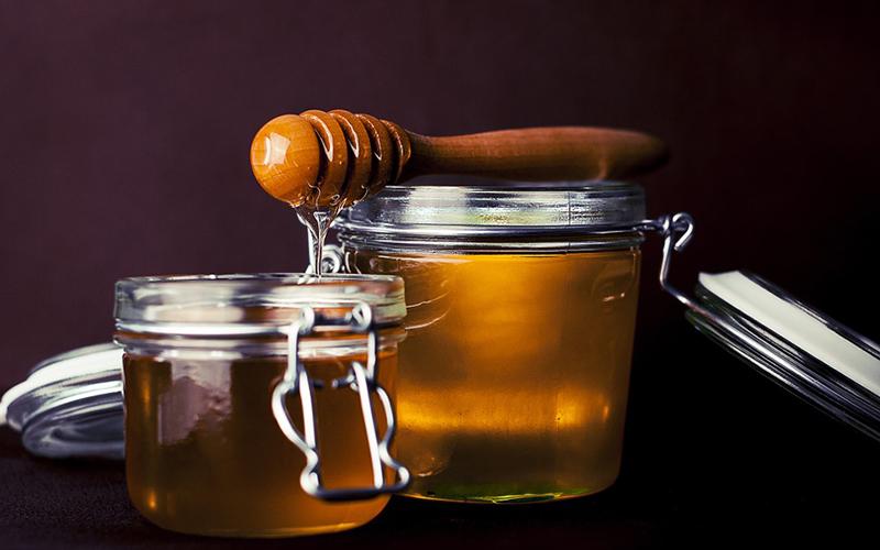 miel de encina con mielera en envase de vidrio