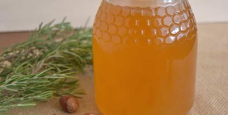 miel de romero en envase de vidrio