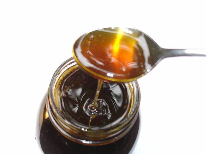 miel de tomillo en recipientes de vidrio