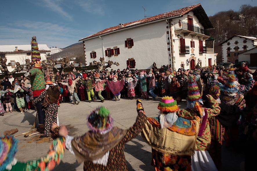 danzas en la celebración del carnaval de lantz miel otxin