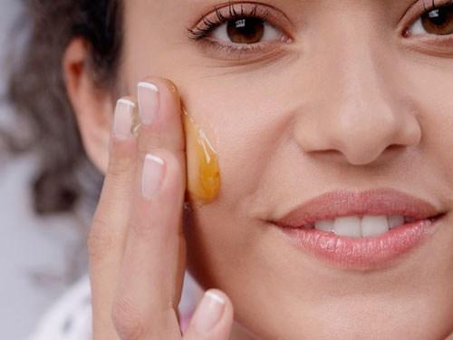 aplicación de miel en la cara
