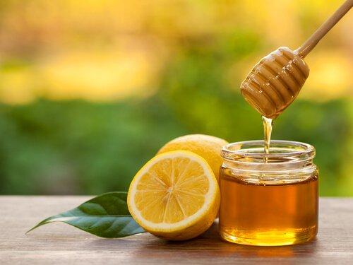 tomar miel con limón