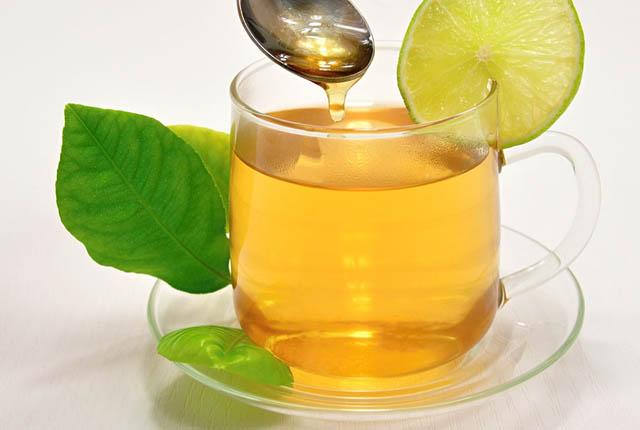 infusión de limón y miel para la garganta
