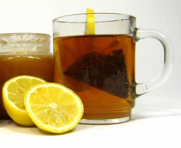 vaso de agua con limón y miel para la salud