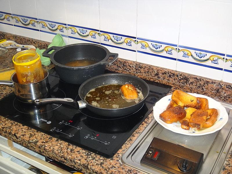 preparación de las torrijas con miel